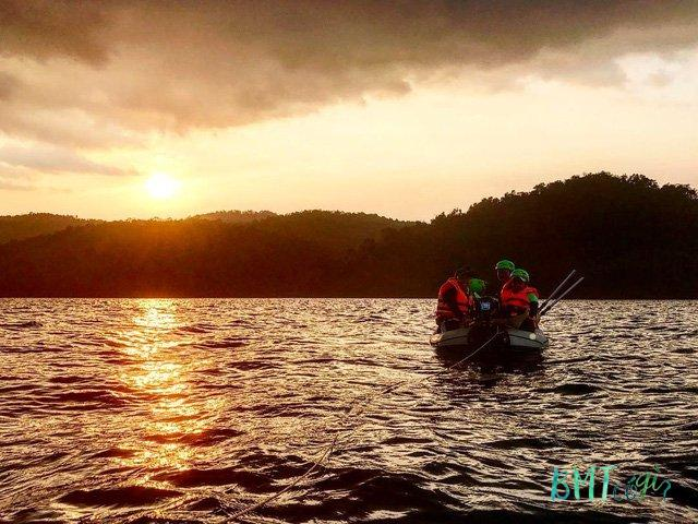 Đi thuyền ra giữa hồ Tà Đùng. (Ảnh: Phương Thảo)