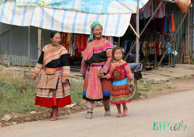 Chợ phiên cuối tuần của người Mông tại Đắk Nang, xã Đắk Som. (Ảnh: Dương Phong)