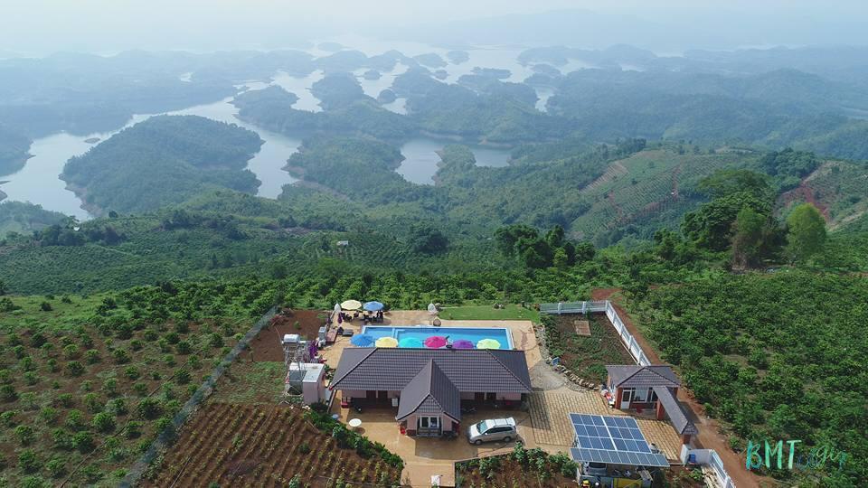 Hồ Tà Đùng trải dài từ Đắk Som qua tới địa bàn của tỉnh Lâm Đồng.